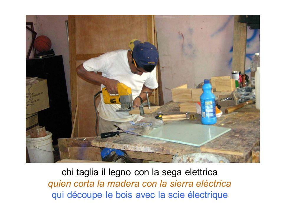 chi taglia il legno con la sega elettrica quien corta la madera con la sierra eléctrica qui découpe le bois avec la scie électrique
