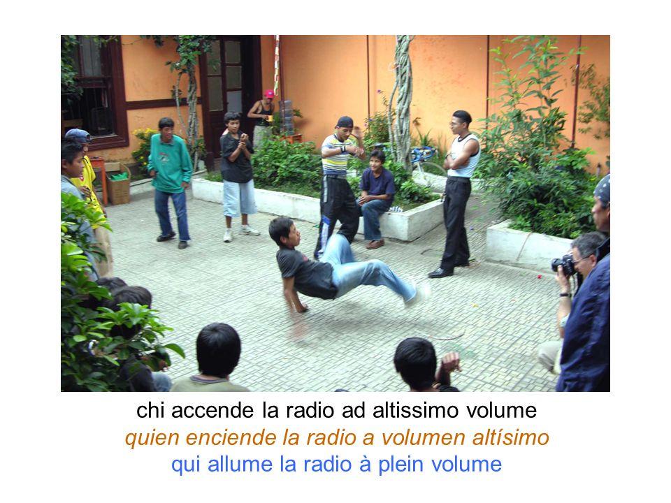 chi accende la radio ad altissimo volume quien enciende la radio a volumen altísimo qui allume la radio à plein volume