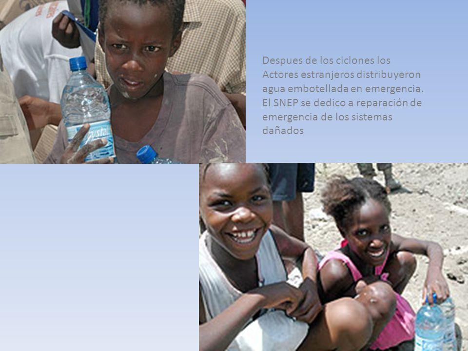 Despues de los ciclones los Actores estranjeros distribuyeron agua embotellada en emergencia. El SNEP se dedico a reparación de emergencia de los sist