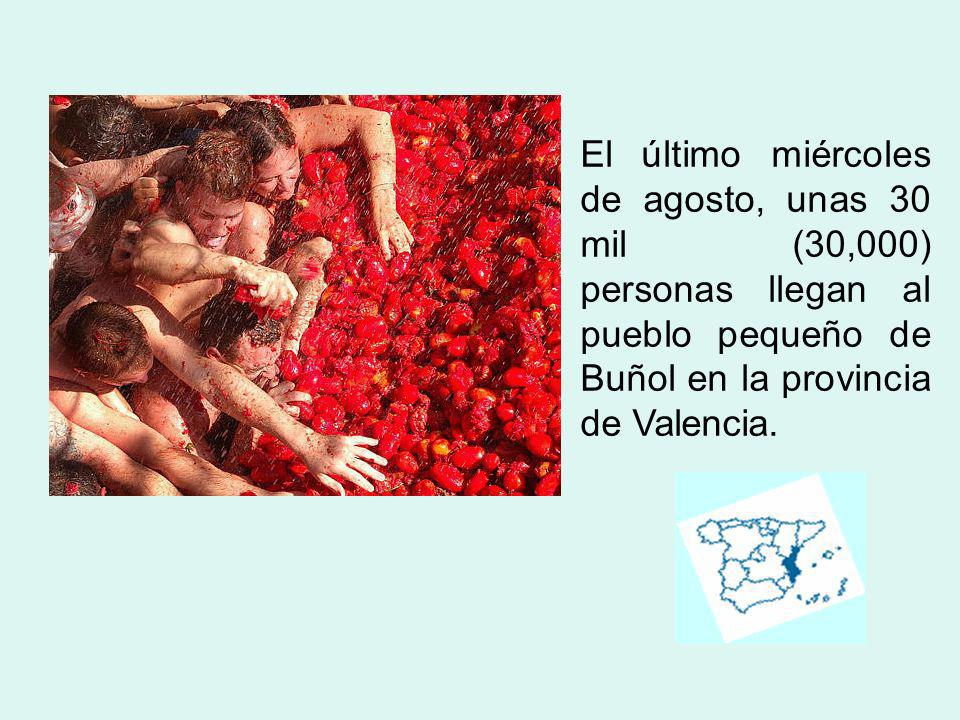 El último miércoles de agosto, unas 30 mil (30,000) personas llegan al pueblo pequeño de Buñol en la provincia de Valencia.