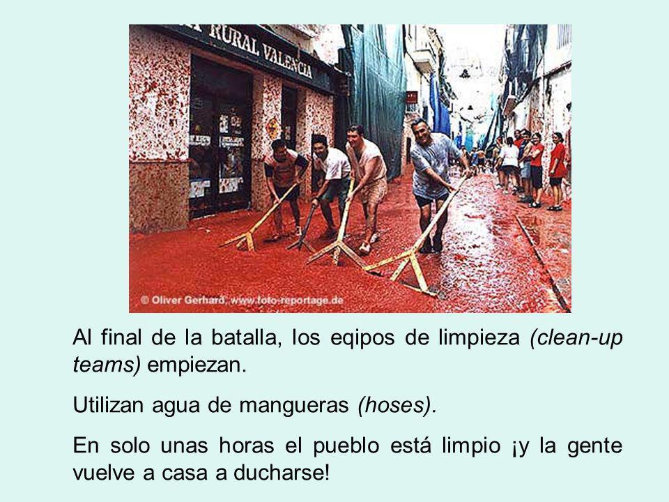 Al final de la batalla, los eqipos de limpieza (clean-up teams) empiezan. Utilizan agua de mangueras (hoses). En solo unas horas el pueblo está limpio