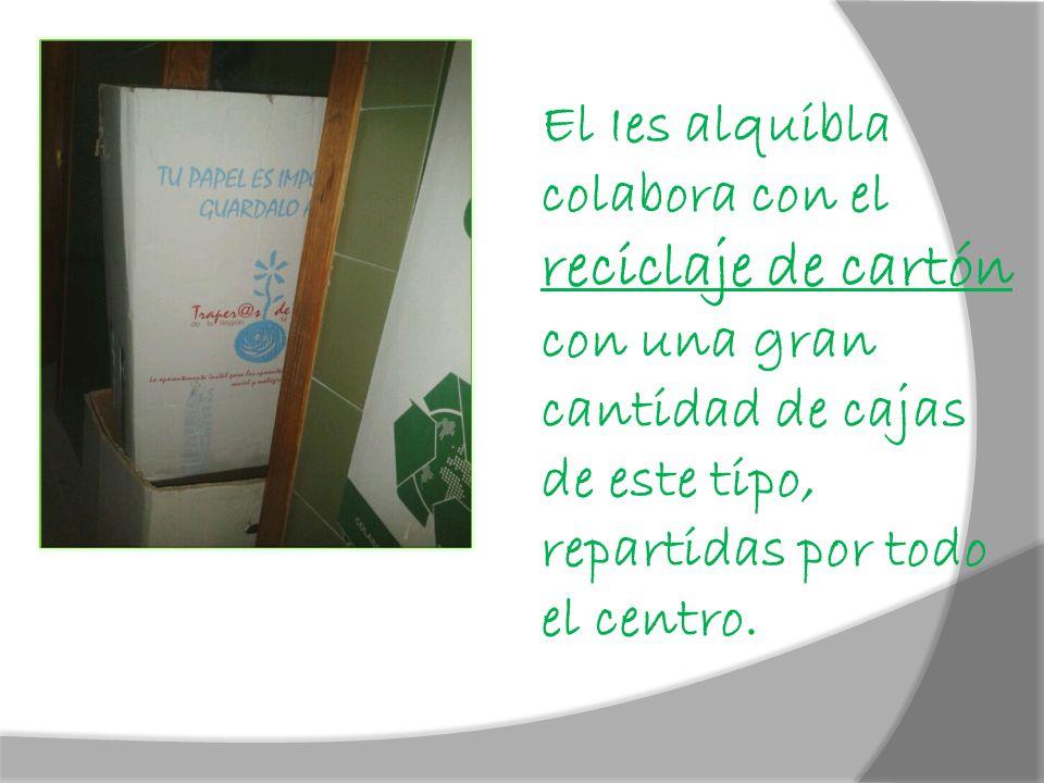 El Ies alquibla colabora con el reciclaje de cartón con una gran cantidad de cajas de este tipo, repartidas por todo el centro.