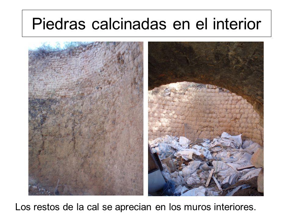 Piedras calcinadas en el interior Los restos de la cal se aprecian en los muros interiores.