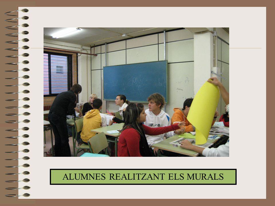 ALUMNES REALITZANT ELS MURALS