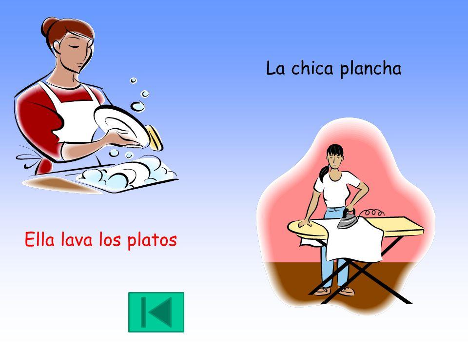 Ella lava los platos La chica plancha