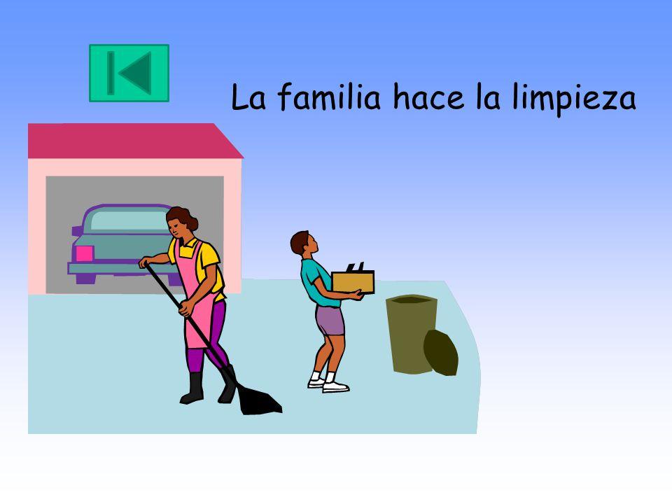 La familia hace la limpieza