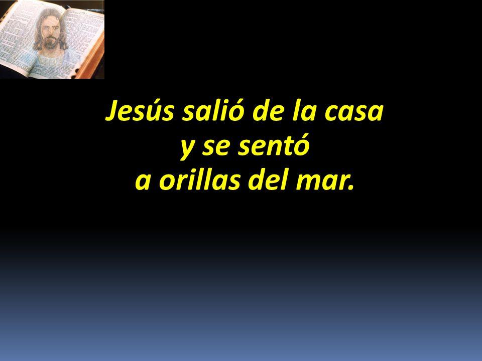 Jesús salió de la casa y se sentó a orillas del mar.