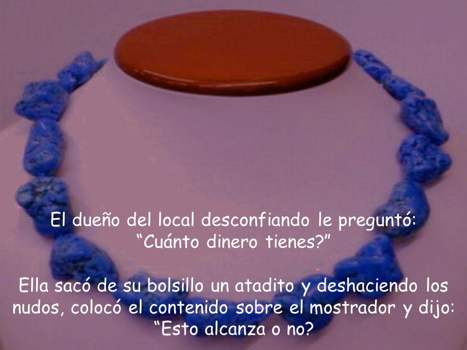 Ella entró en el local y pidió ver el collar de turquesas azules y le dijo al vendedor: Es para mi hermana.