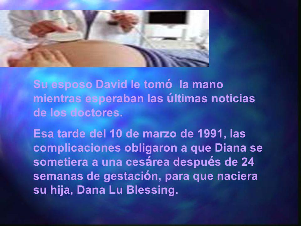 Su esposo David le tom ó la mano mientras esperaban las ú ltimas noticias de los doctores.