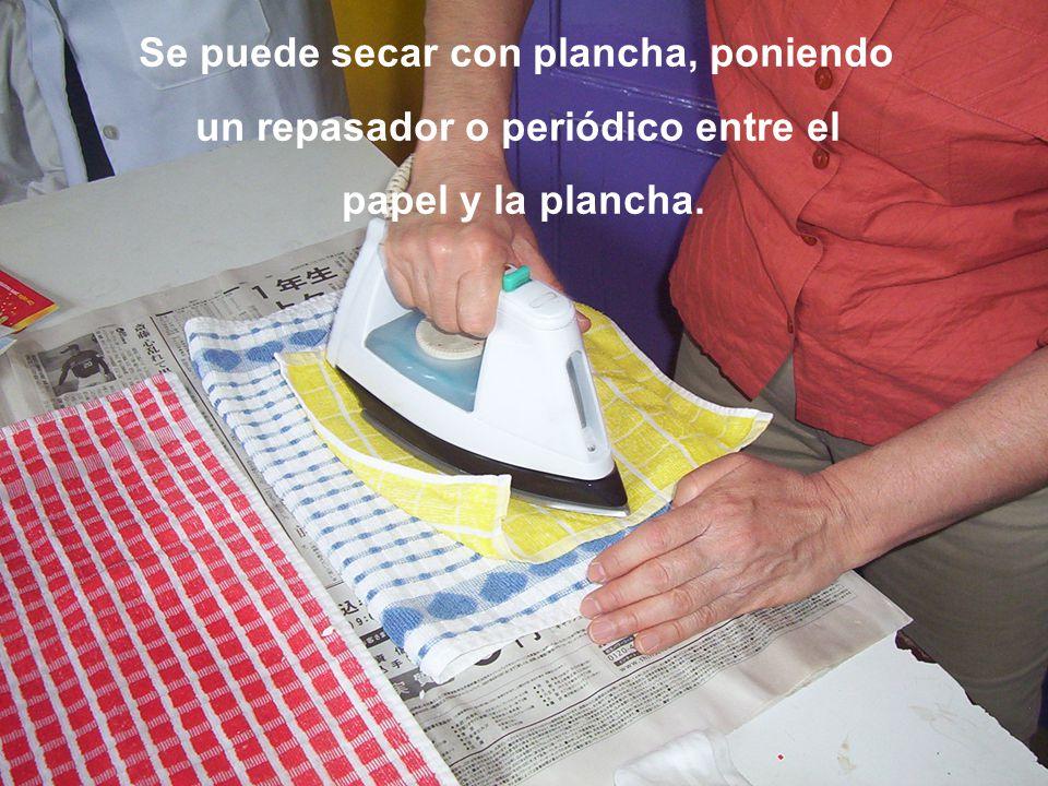 Se puede secar con plancha, poniendo un repasador o periódico entre el papel y la plancha.