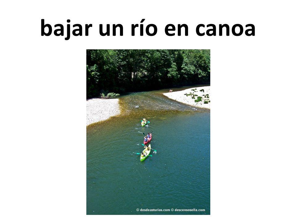 bajar un río en canoa