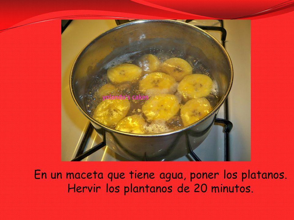 En un maceta que tiene agua, poner los platanos. Hervir los plantanos de 20 minutos.