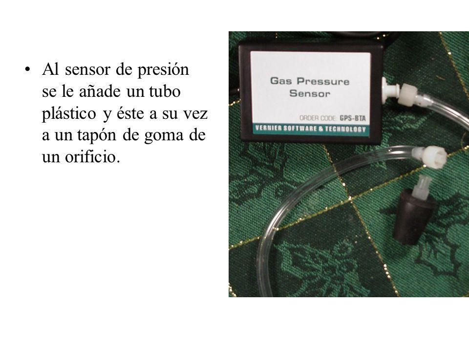 Al sensor de presión se le añade un tubo plástico y éste a su vez a un tapón de goma de un orificio.