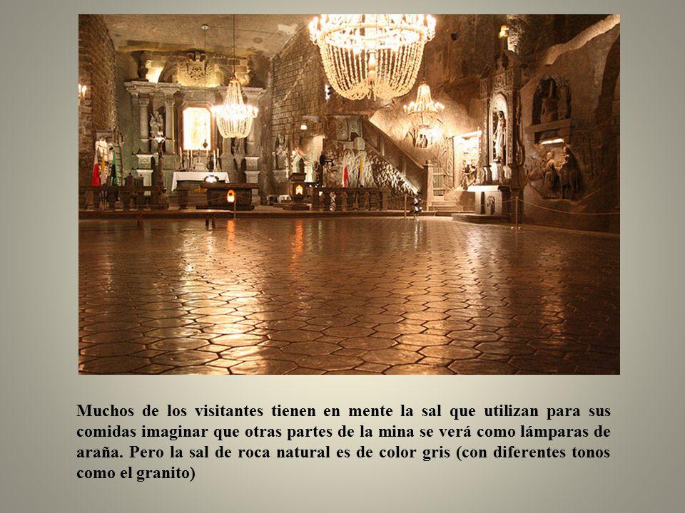Asombroso. incluso las lámparas de araña en la catedral son la sal.
