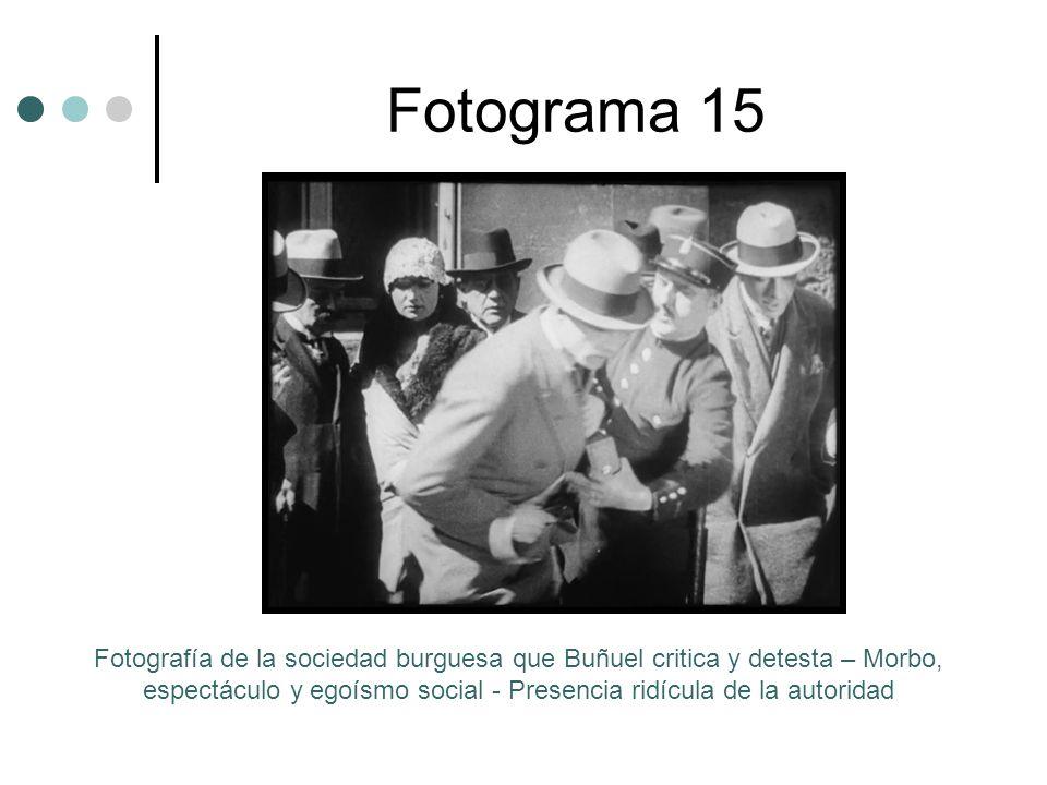 Fotograma 15 Fotografía de la sociedad burguesa que Buñuel critica y detesta – Morbo, espectáculo y egoísmo social - Presencia ridícula de la autoridad