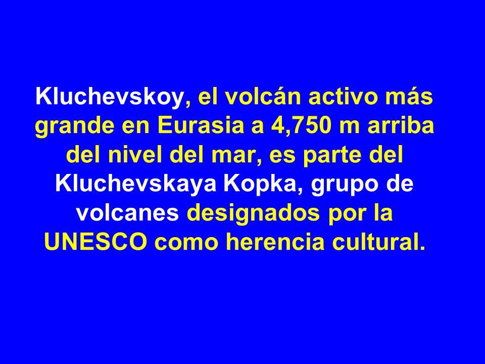 Kluchevskoy, el volcán activo más grande en Eurasia a 4,750 m arriba del nivel del mar, es parte del Kluchevskaya Kopka, grupo de volcanes designados por la UNESCO como herencia cultural.