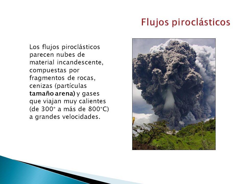 Los flujos piroclásticos parecen nubes de material incandescente, compuestas por fragmentos de rocas, cenizas (partículas tamaño arena) y gases que viajan muy calientes (de 300° a más de 800°C) a grandes velocidades.