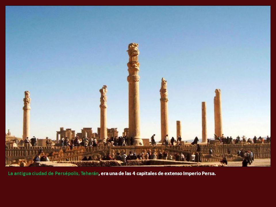 La antigua ciudad de Persépolis, Teherán, era una de las 4 capitales de extenso Imperio Persa.