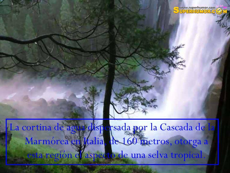La cortina de agua dispersada por la Cascada de la Marmórea en Italia, de 160 metros, otorga a esta región el aspecto de una selva tropical.