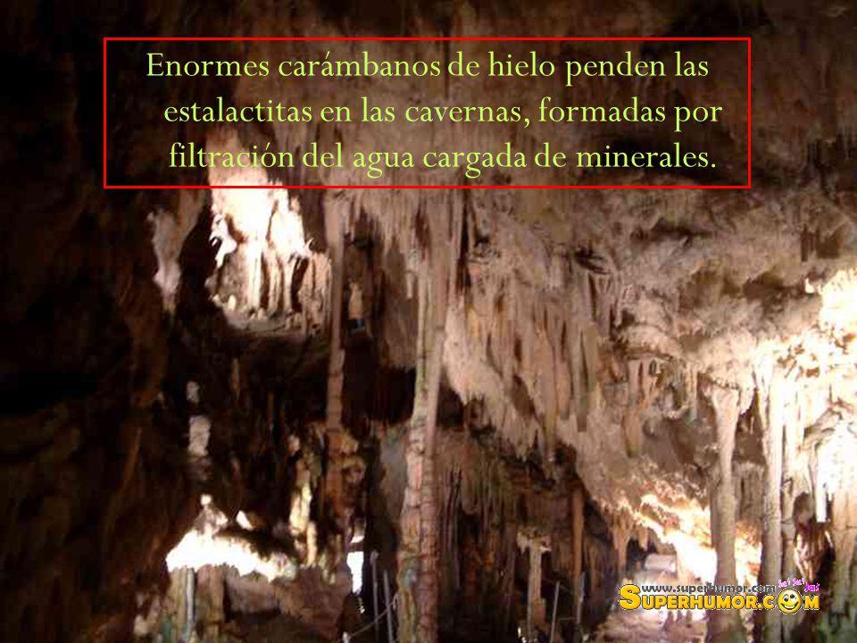 Enormes carámbanos de hielo penden las estalactitas en las cavernas, formadas por filtración del agua cargada de minerales.