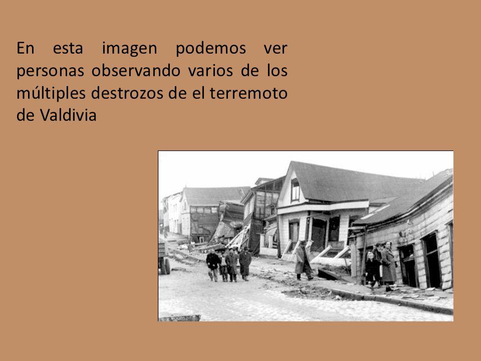 En esta imagen podemos ver personas observando varios de los múltiples destrozos de el terremoto de Valdivia