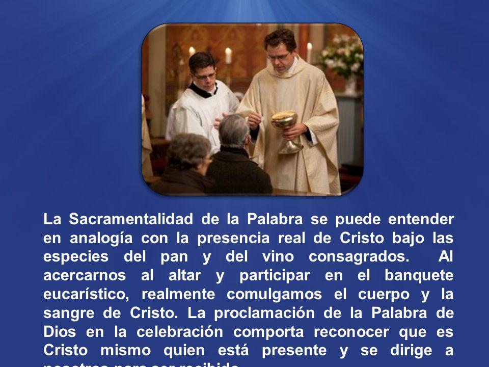 La Sacramentalidad de la Palabra se puede entender en analogía con la presencia real de Cristo bajo las especies del pan y del vino consagrados.