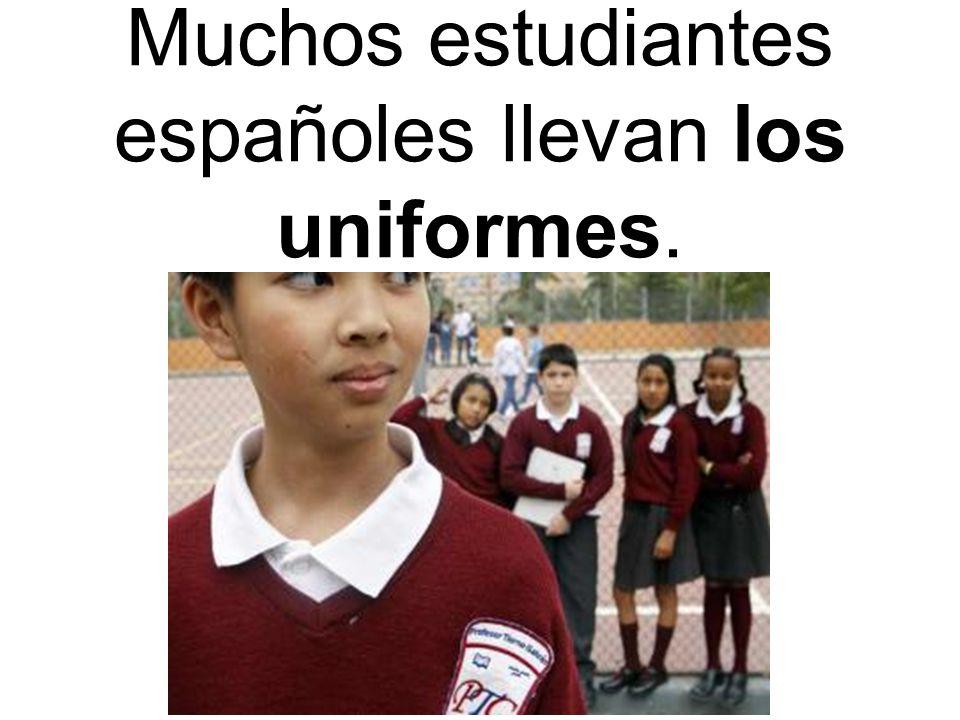 Muchos estudiantes españoles llevan los uniformes.