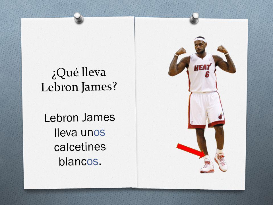 ¿Qué lleva Lebron James Lebron James lleva unos calcetines blancos.