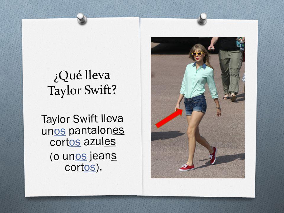 ¿Qué lleva Taylor Swift Taylor Swift lleva unos pantalones cortos azules (o unos jeans cortos).