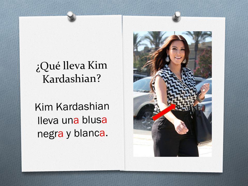 ¿Qué lleva Kim Kardashian Kim Kardashian lleva una blusa negra y blanca.