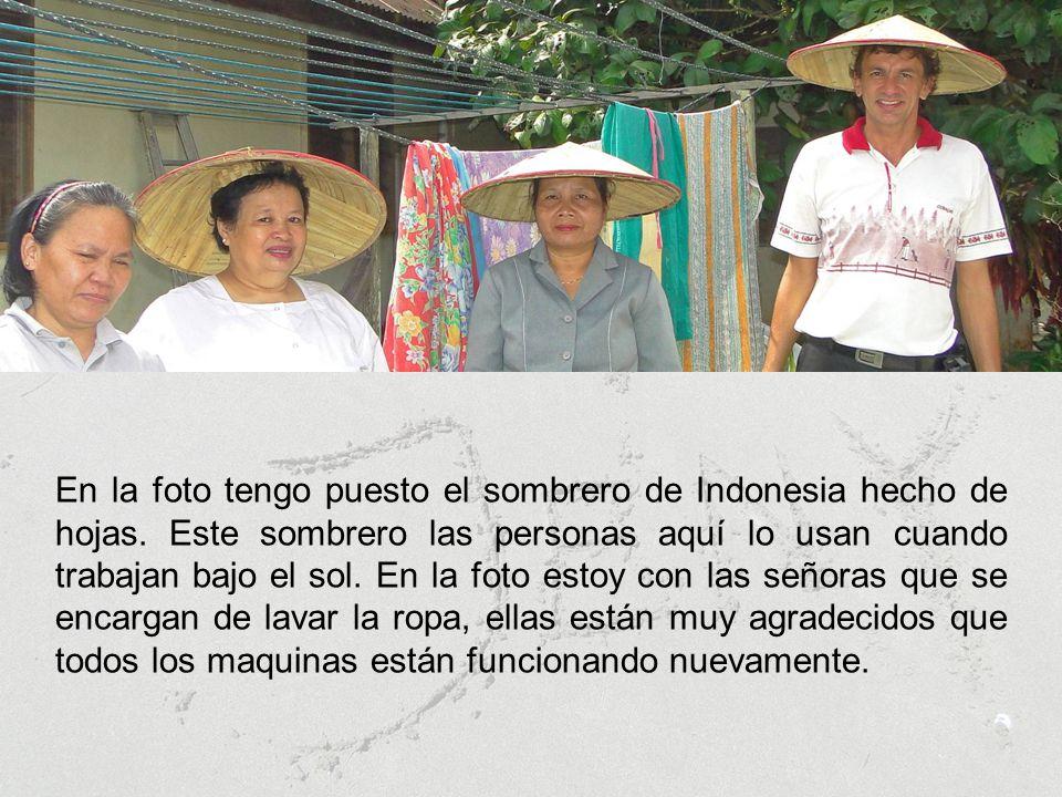 En la foto tengo puesto el sombrero de Indonesia hecho de hojas.