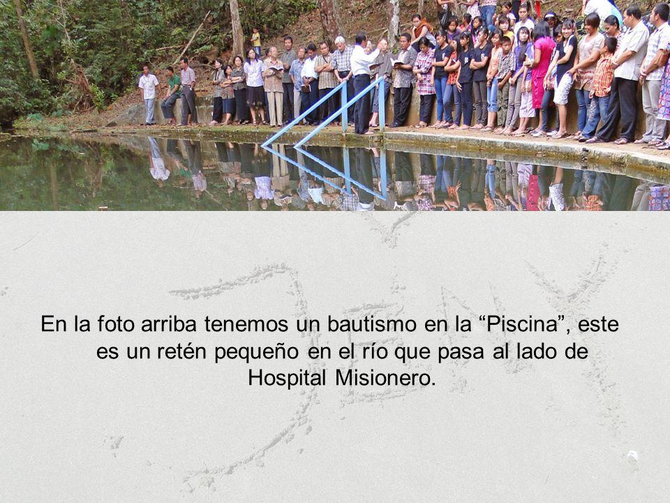 En la foto arriba tenemos un bautismo en la Piscina , este es un retén pequeño en el río que pasa al lado de Hospital Misionero.