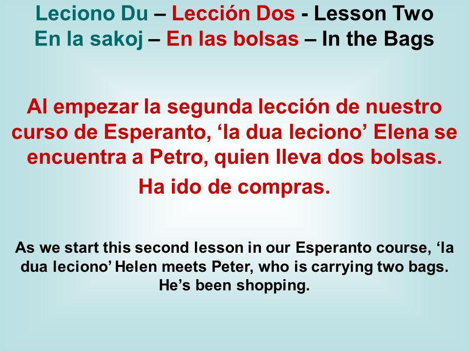 Al empezar la segunda lección de nuestro curso de Esperanto, 'la dua leciono' Elena se encuentra a Petro, quien lleva dos bolsas.