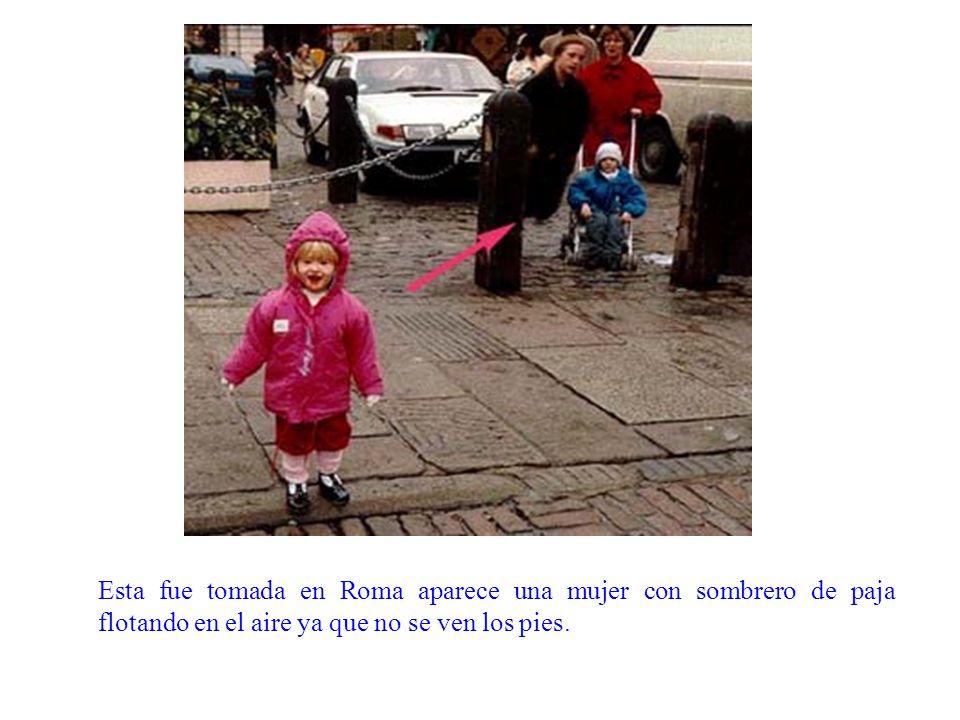 Esta fue tomada en Roma aparece una mujer con sombrero de paja flotando en el aire ya que no se ven los pies.