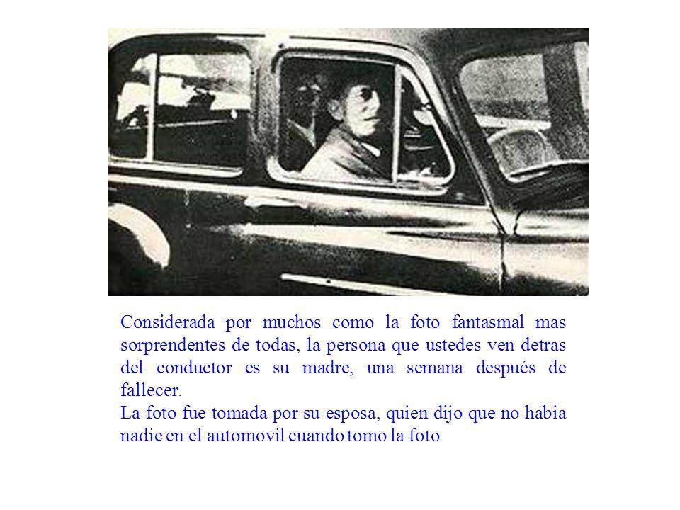 Considerada por muchos como la foto fantasmal mas sorprendentes de todas, la persona que ustedes ven detras del conductor es su madre, una semana después de fallecer.