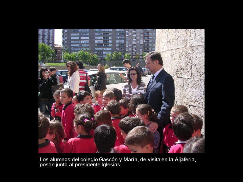Los alumnos del colegio Gascón y Marín, de visita en la Aljafería, posan junto al presidente Iglesias.