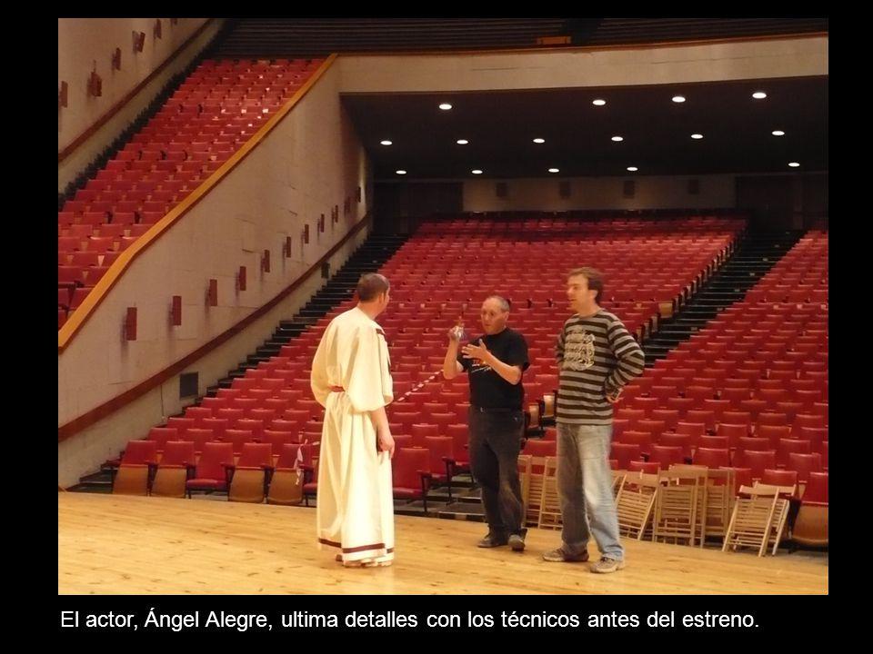 El actor, Ángel Alegre, ultima detalles con los técnicos antes del estreno.
