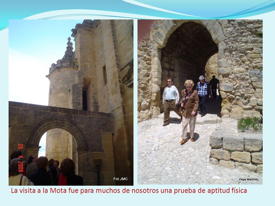 La inmensa mole de la iglesia abacial se empequeñece, vista desde la Torre del Homenaje; las figuras humanas pueden ser un punto de comparación.