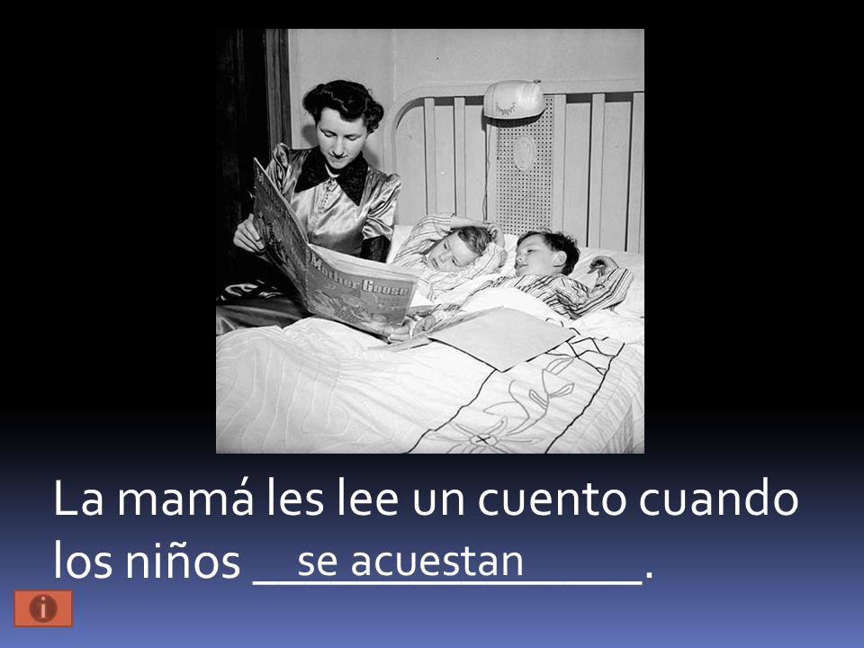 La mamá les lee un cuento cuando los niños _______________. se acuestan