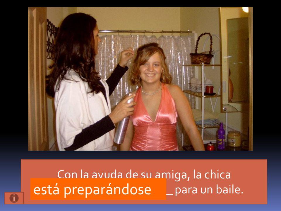 Con la ayuda de su amiga, la chica _____________________ para un baile.