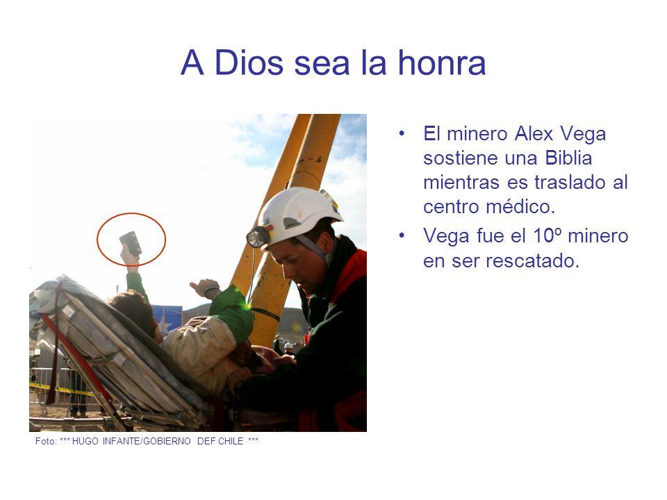 A Dios sea la honra El minero Alex Vega sostiene una Biblia mientras es traslado al centro médico.