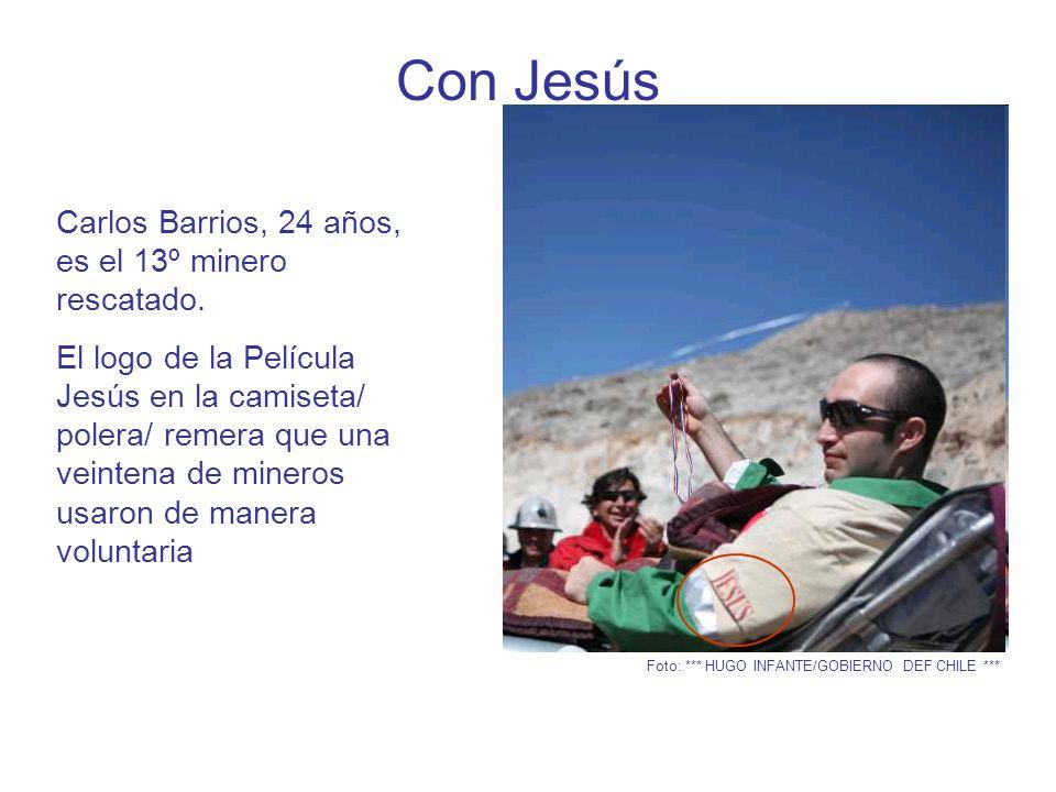 Con Jesús Miner o rescat ado Carlos Barrios, 24 años, es el 13º minero rescatado.