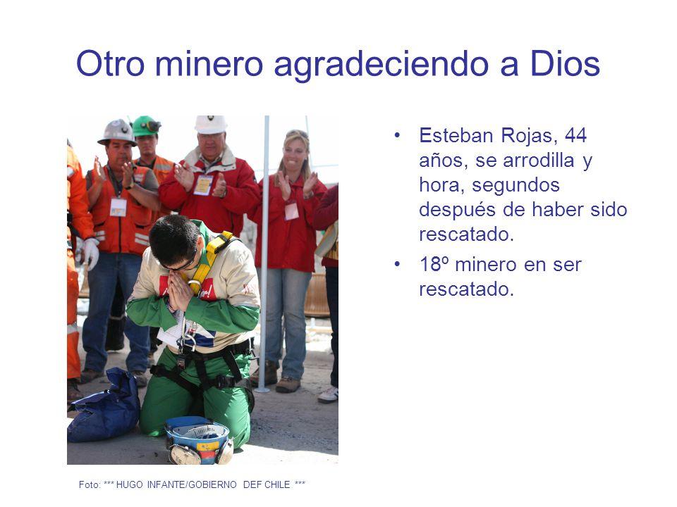 Otro minero agradeciendo a Dios Esteban Rojas, 44 años, se arrodilla y hora, segundos después de haber sido rescatado.