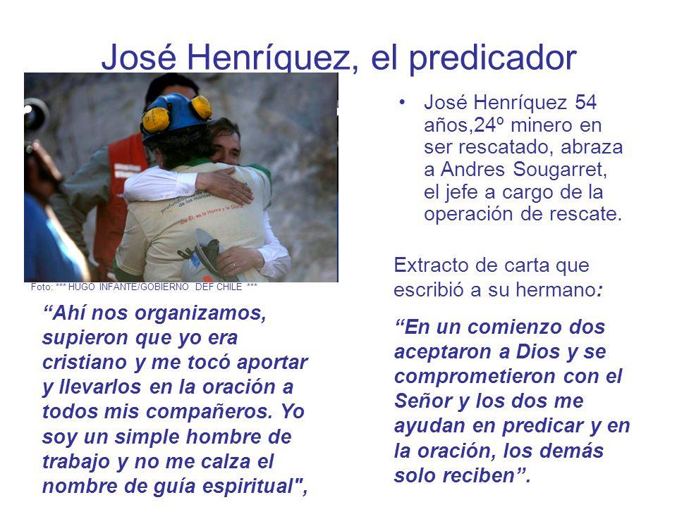 José Henríquez, el predicador José Henríquez 54 años,24º minero en ser rescatado, abraza a Andres Sougarret, el jefe a cargo de la operación de rescate.