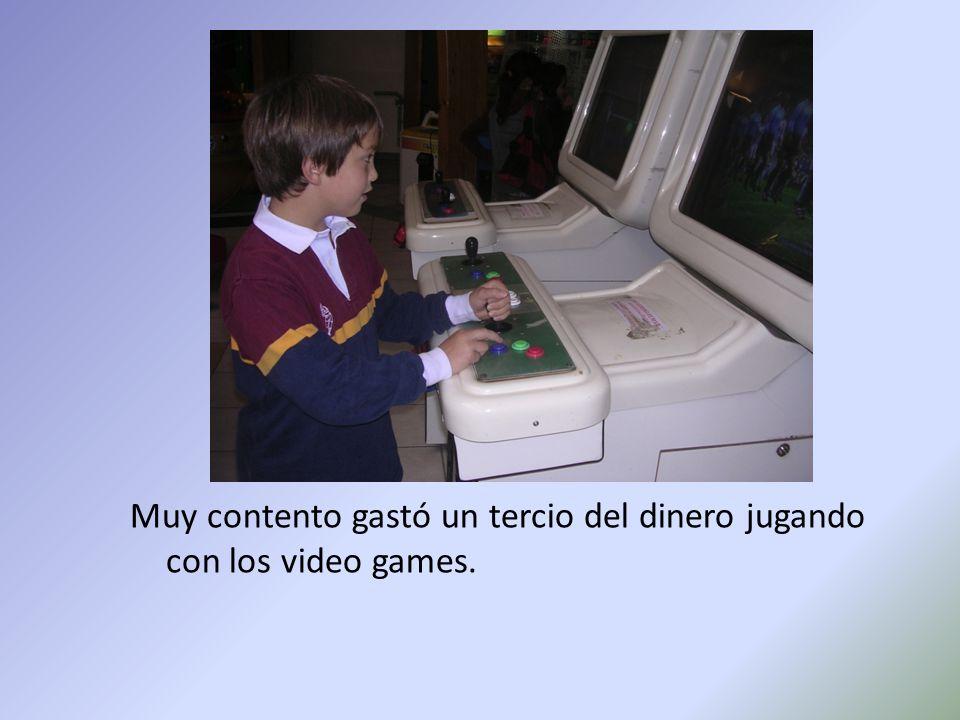 Muy contento gastó un tercio del dinero jugando con los video games.
