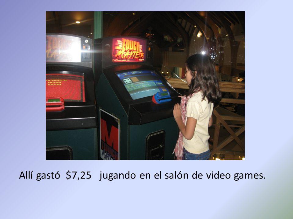 Allí gastó $7,25 jugando en el salón de video games.