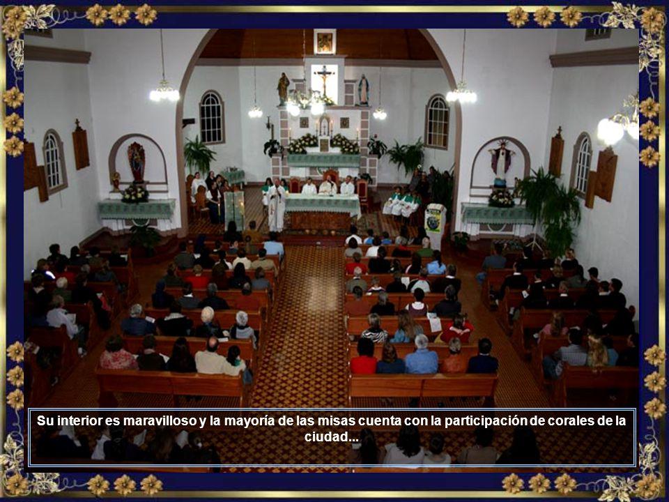 La linda Catedral de Nuestra Señora del Perpetuo Socorro, patrona de la ciudad, que tiene amplia mayoría de población católica...