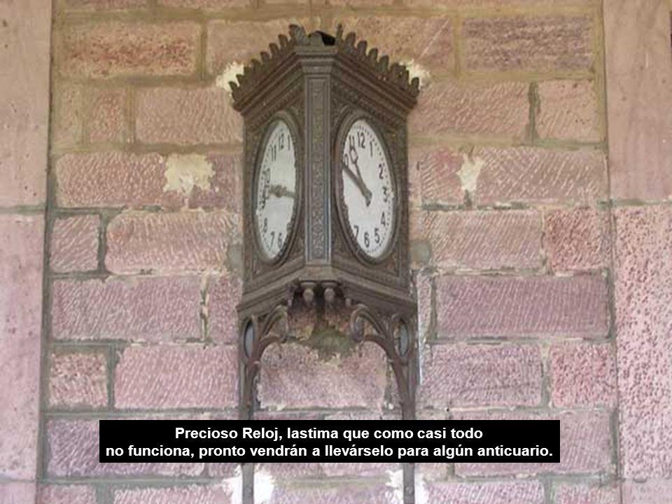 Precioso Reloj, lastima que como casi todo no funciona, pronto vendrán a llevárselo para algún anticuario.