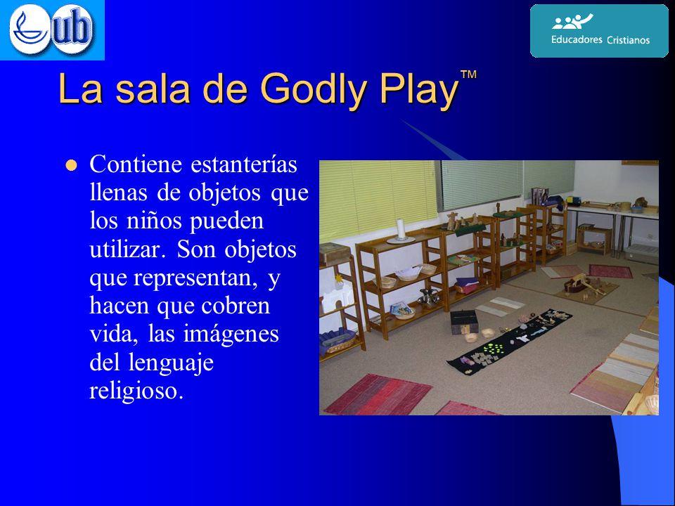 La sala de Godly Play ™ Contiene estanterías llenas de objetos que los niños pueden utilizar.