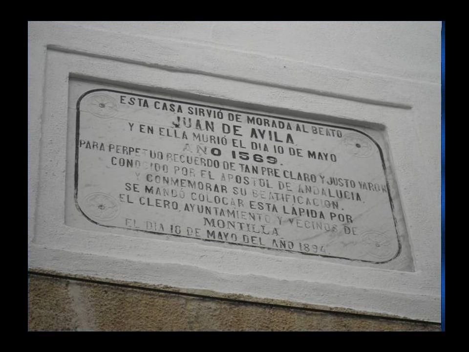 Nos concentramos todos en la casa de acogida del peregrino, donde nos explicaron parte de la vida de San Juan de Ávila, para después hacer el recorrido por los lugares donde él solía pasar y vivir.